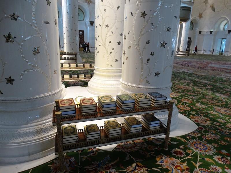 Interiorul moscheii - Coranul