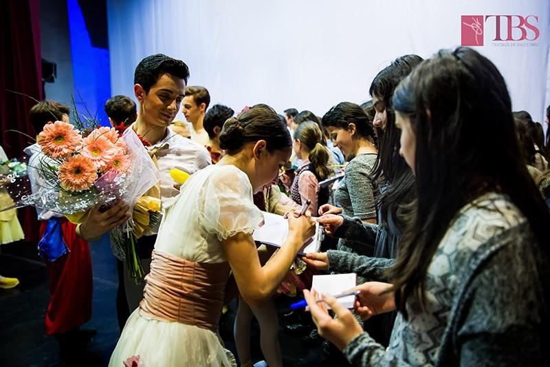 Balerinii, la sesiunea de autografe cu flori.